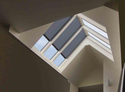Store de protection solaire Topfix pour vitrage incliné ou horizontal de Renson